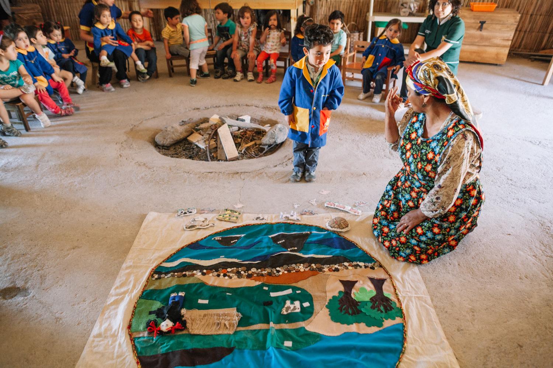 Educadora tradicional trabajando con niños pequeños
