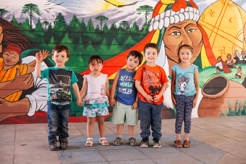 Niños frente a mural sobre Pueblos Originarios