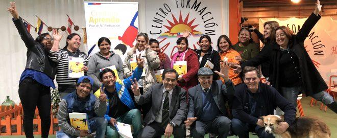 Seremi de Antofagasta y sacerdote Felipe Berríos con estudiantes de Contigo Aprendo